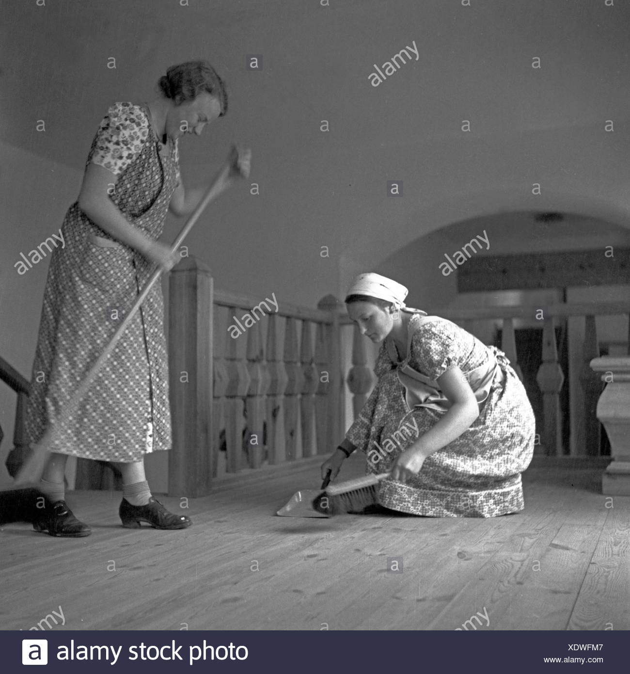 BdM Mädchen beim Stuben- und Revierreinigen in der Haushaltungsschule Greifenberg, Deutschland 1930er Jahre. BdM girls doing the house cleaning at the domestic science school at Greifenberg, Germany 1930s. Stock Photo