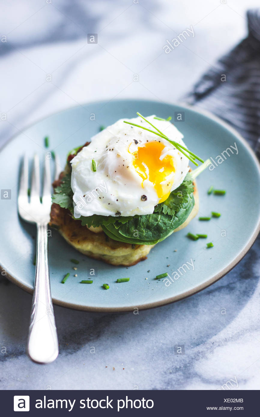 Spaghetti squash cakes and poached egg - Stock Image