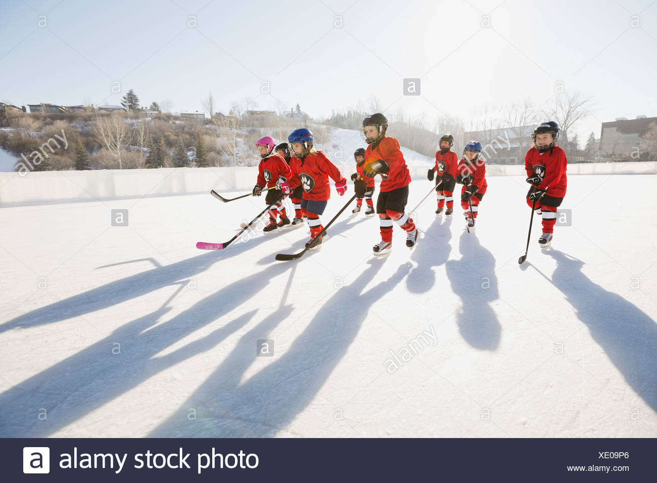 Ice hockey team skating on outdoor rink - Stock Image