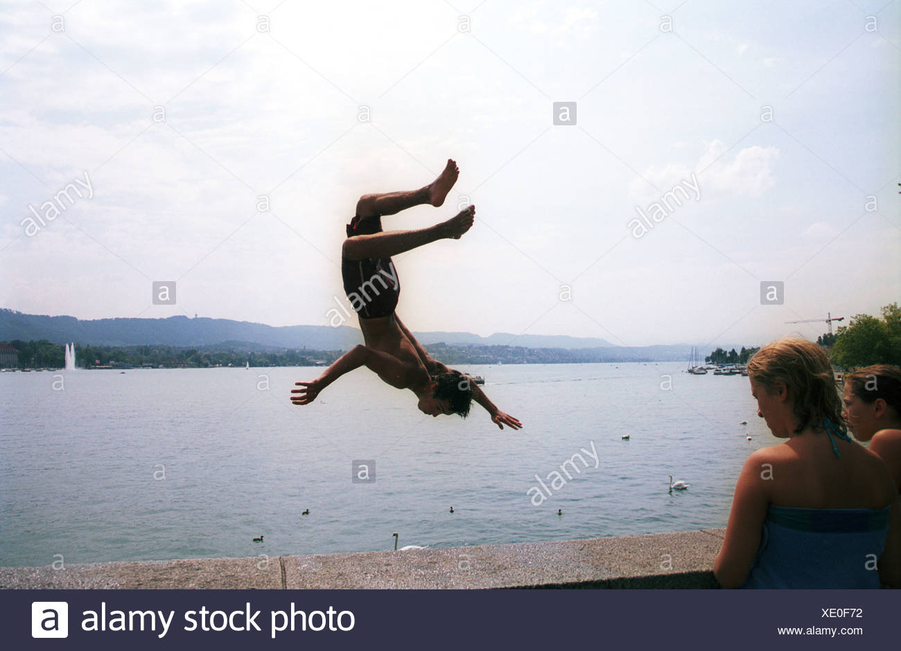 Boy jumps from Quaibrücke in Zuerichsee - Stock Image