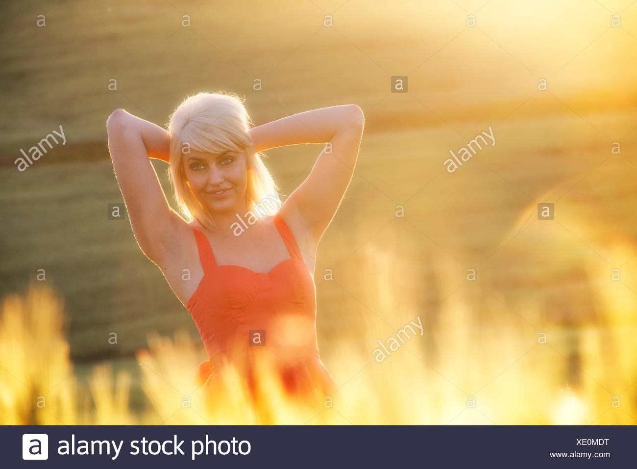 A young woman outdoors in a wheat field, Spokane, Washington, USA. - Stock Image