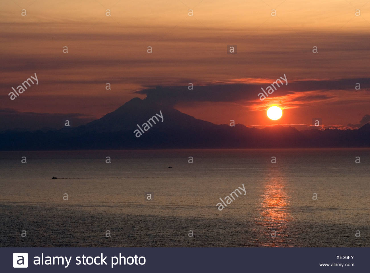 Alaska, Mt Redoubt, volcano i n an active phase seen erupting across the waters of Cook Inlet - Stock Image