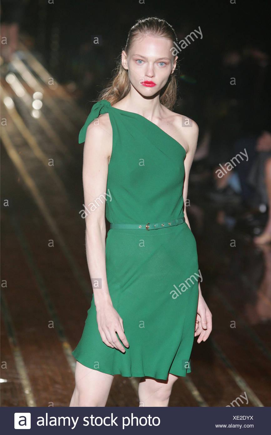 e4aa4e0d1e3e Gucci Milan Ready to Wear S S Model Sasha Pivovarova blonde hair off face  wearing bright red lipstick and emerald green thigh