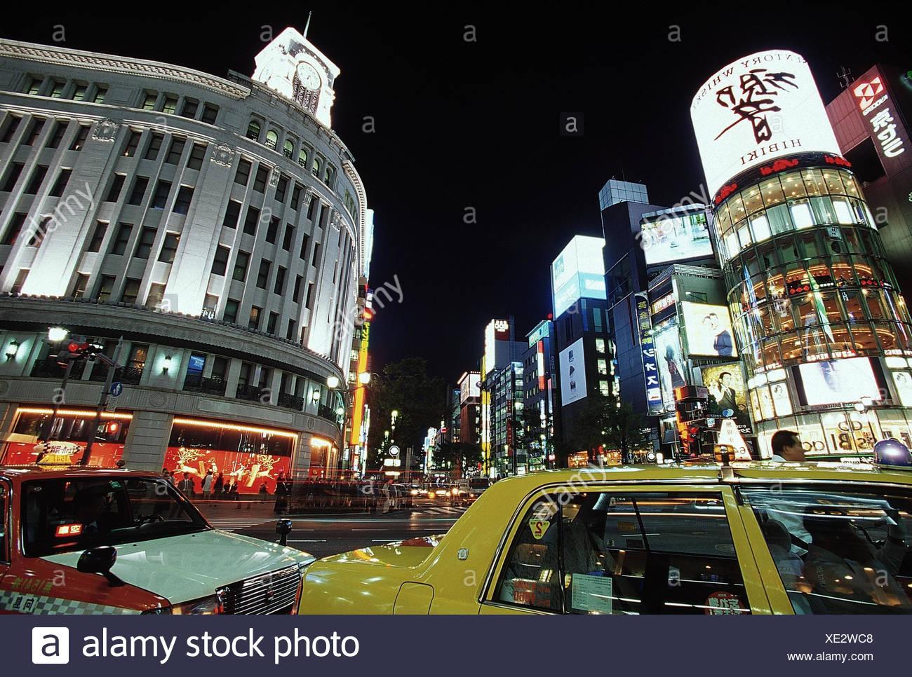 Japan, Tokio, Ginza, Stadtansicht, Straßenverkehr, Nacht  außen, Tokyo-to, Stadt, Stadtteil, Vergnügungsviertel, Einkaufsviertel, Leuchtreklame, Linksverkehr, Verkehr, Transport, Auto, Pkw, Taxi, Straße - Stock Image