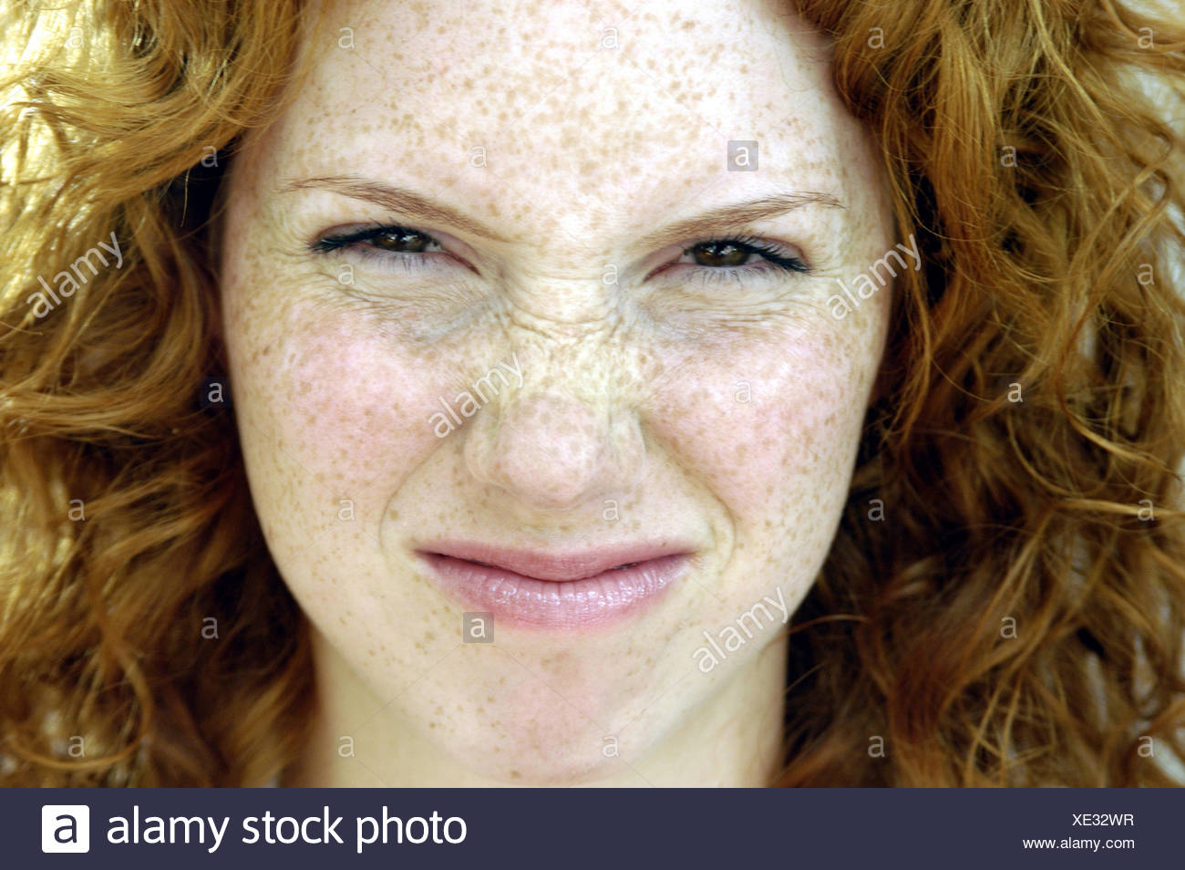 Woman, facial play, nose bodies, portrait, women's portrait, redheads, red-haired, locks, look, expression, rejection, aversion, disgust, disgust, naserümpfend, dissatisfied, devaluing - Stock Image
