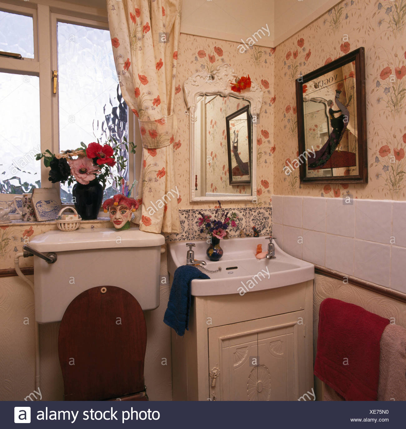 Poppy Print Wallpaper And Curtains In Small Nineties Bathroom With Basin In Fitted Vanity Unit Stock Photo Alamy