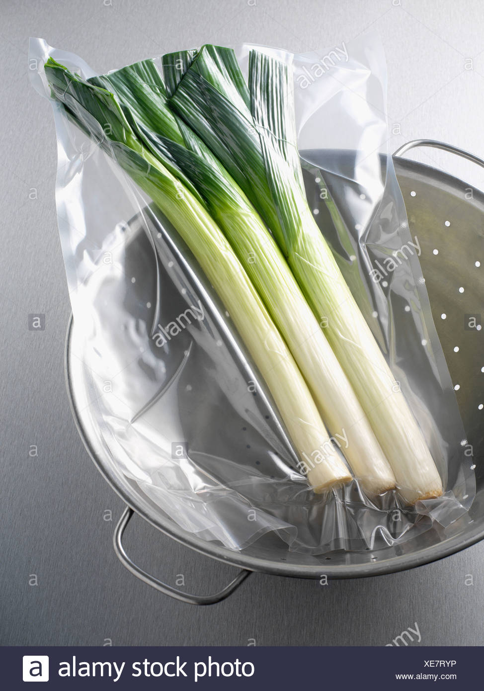 Vacuum packed leeks - Stock Image