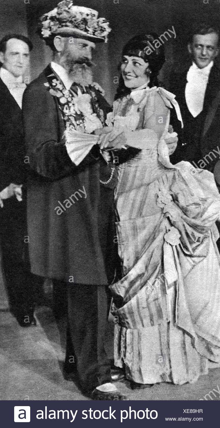 Hartmann, Gustav, 4.8.1859 - 23.12.1938, Berlin coachman, called 'The Iron Gustav', full length, in Variety show 'Hintergarten', Berlin, 1928, female, woman, Additional-Rights-Clearances-NA - Stock Image