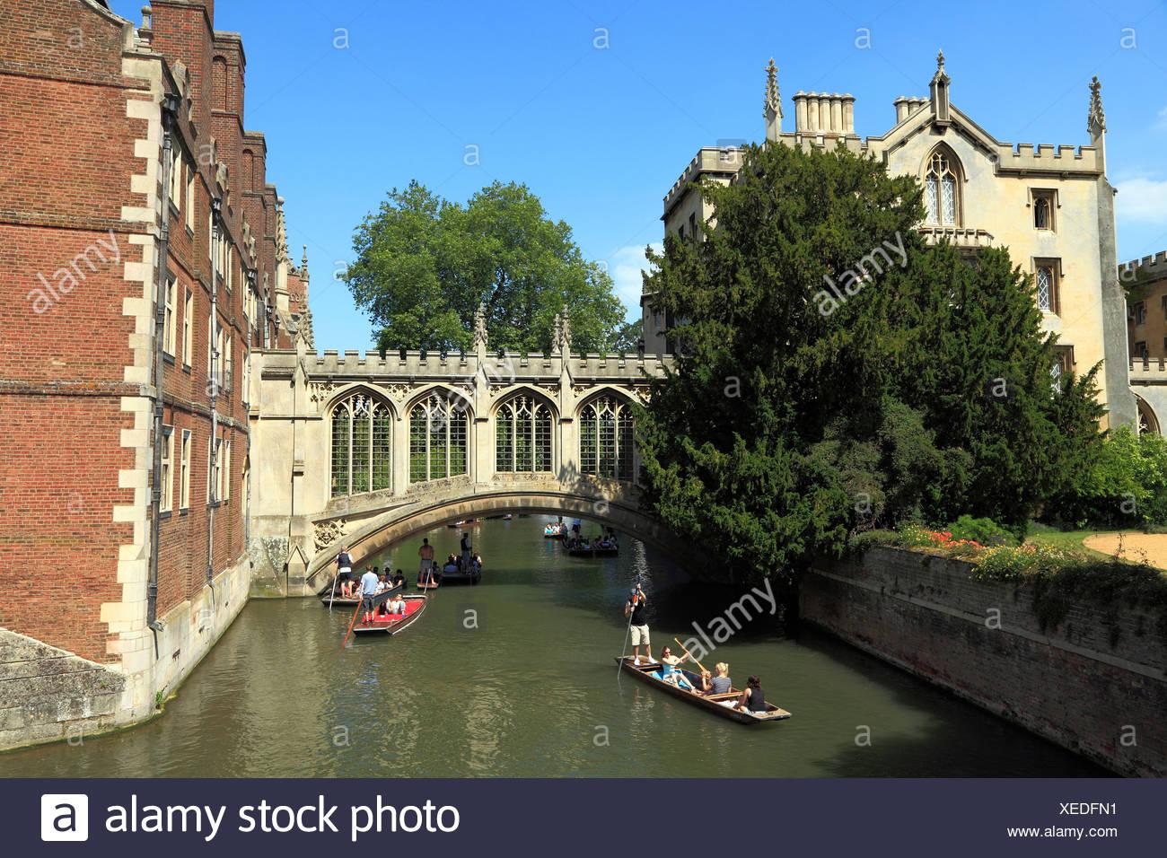 Cambridge, Bridge of Sighs, River Cam, St. Johns College, punts England UK - Stock Image
