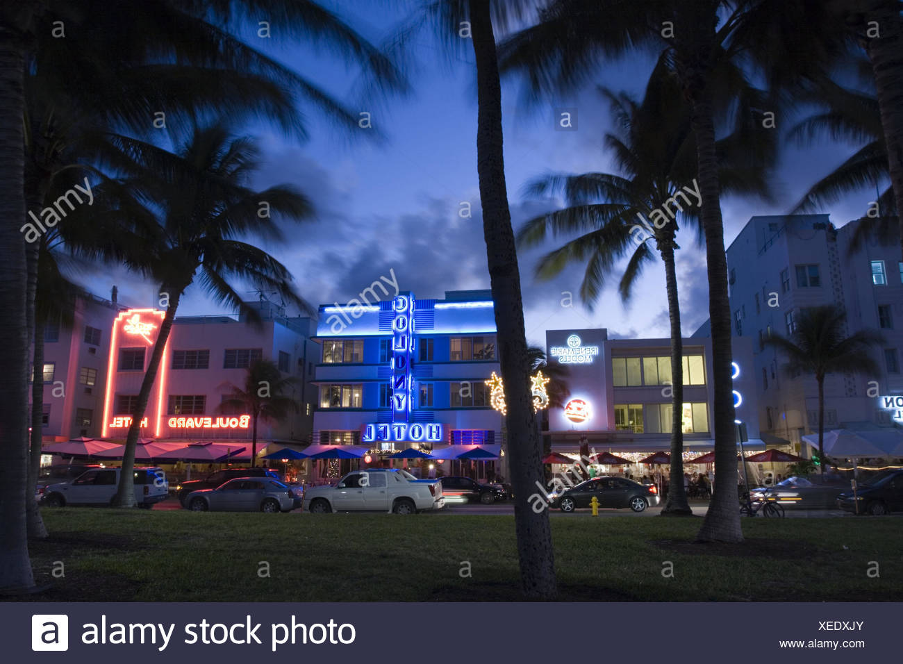 USA, Florida, Miami Beach, Art Deco  Historic District, Ocean Drive, Hotels,  Abend,  Nordamerika, Stadt, Bauwerke, Gebäude, Straße, Autos, Verkehr, Beleuchtung, beleuchtet, bunt, Neonlichter, Leuchtreklame, Leuchtschrift, Palmen, Stock Photo