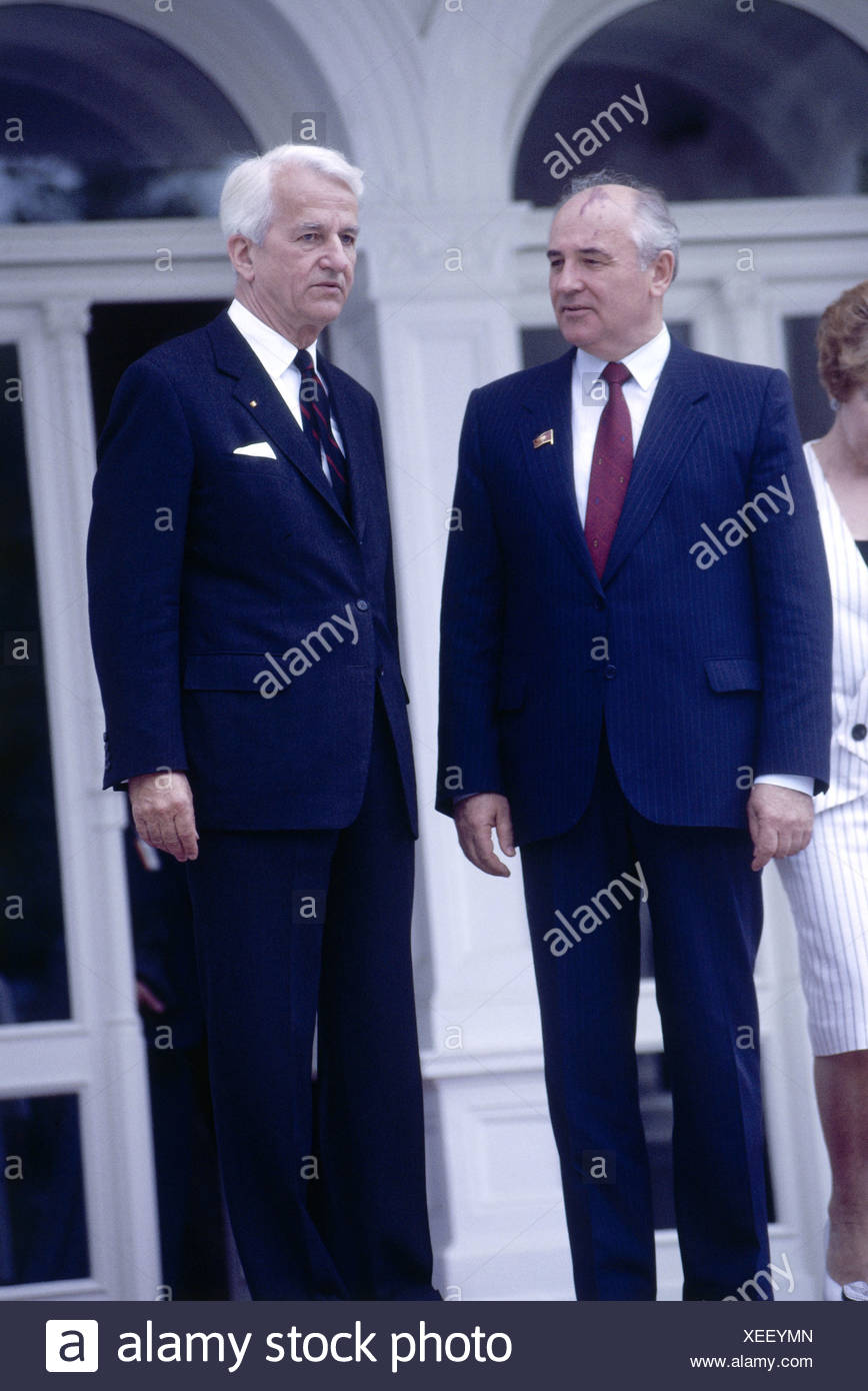 Mikhail Gorbachev, * 2.3.1931, Soviet politician (CPSU), full length, during a state visit to Germany, with the President of Germany, Richard von Weizsaecker, Bonn, 1991, Additional-Rights-Clearances-NA - Stock Image