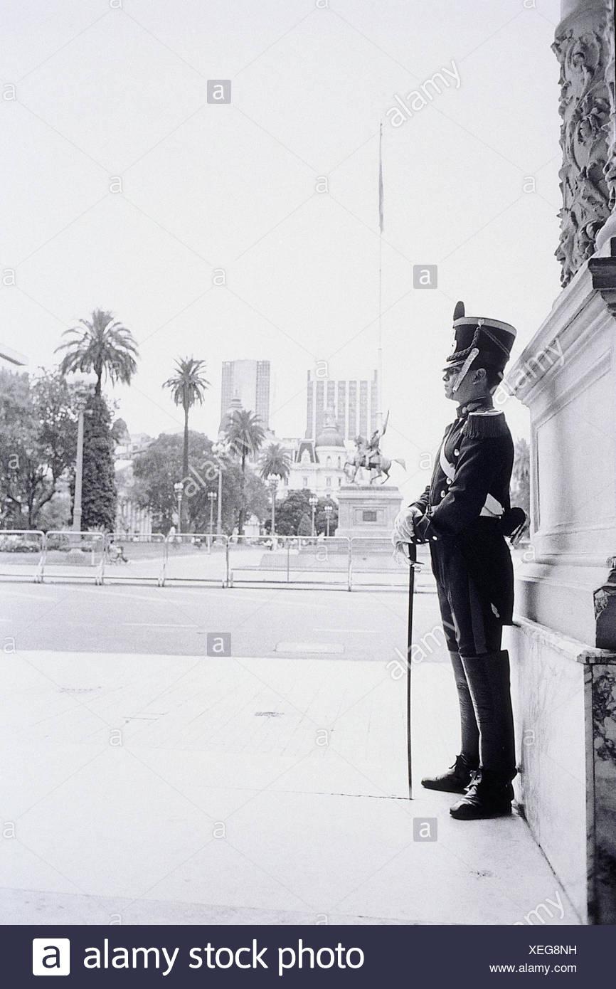 Argentinien, Buenos Aires, Casa Rosada, Palastwache, s/w  Südamerika, Hauptstadt, Präsidentenpalast, Palast, Wache, Wachsoldat, Uniform, stehen, seitlich, außen - Stock Image