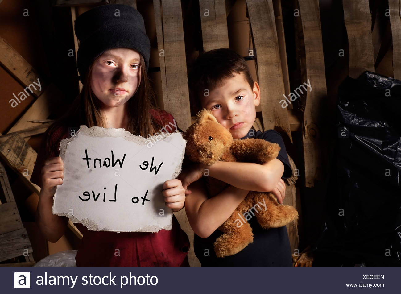 Impoverished boy and girl - Stock Image