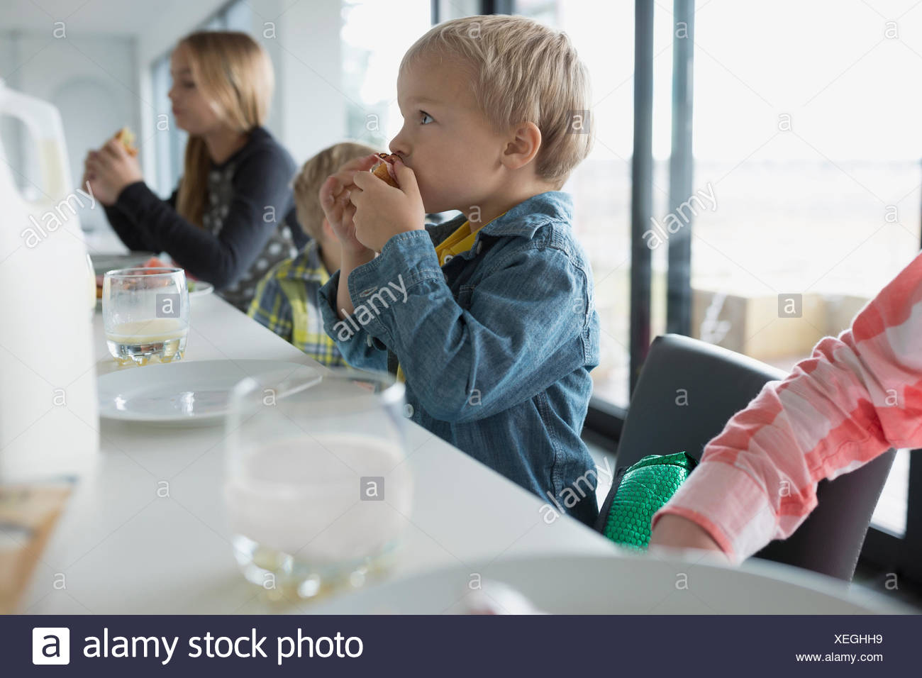 Family eating at kitchen island - Stock Image