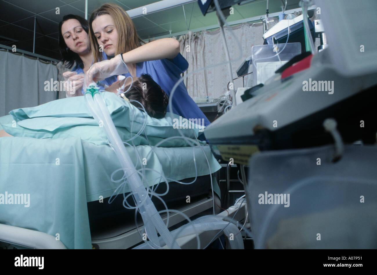 spanish-nurses-put-a-patient-on-oxygen-i