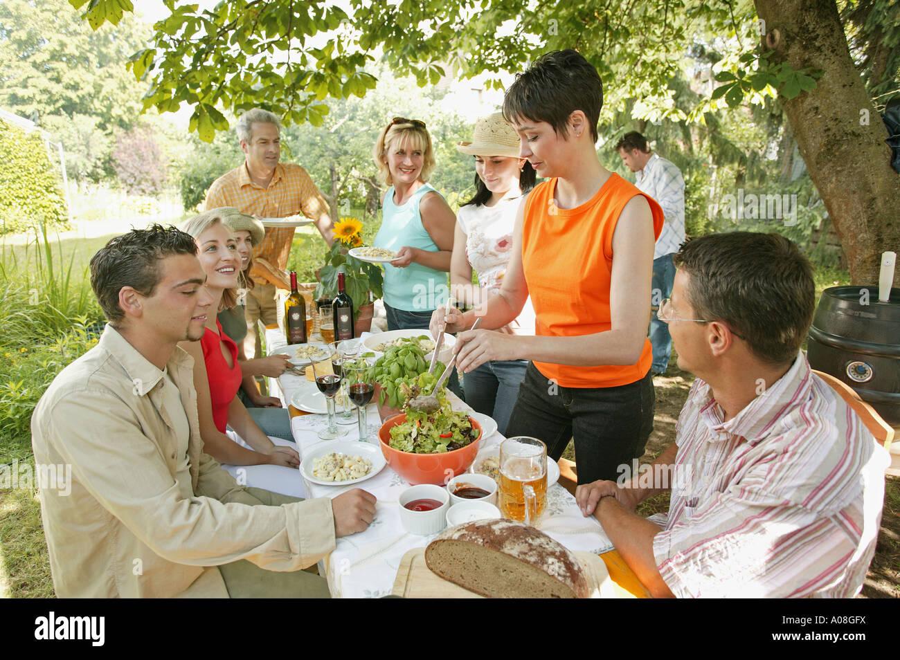 Froehliche leute auf einer gartenparty happy people at a - Gartenparty essen ...
