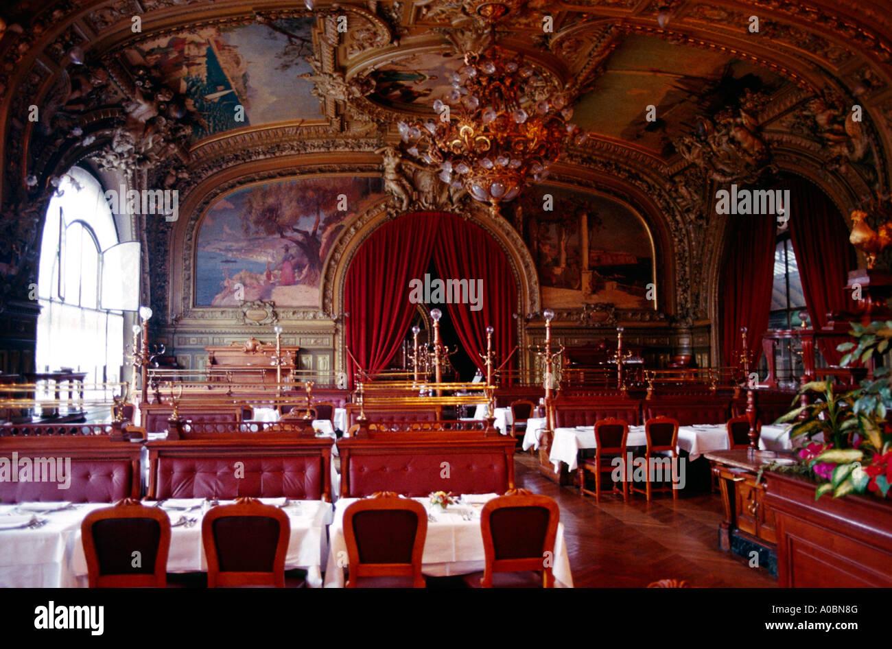 Restaurant le train bleu interieur paris stock photo for Le miroir resto paris