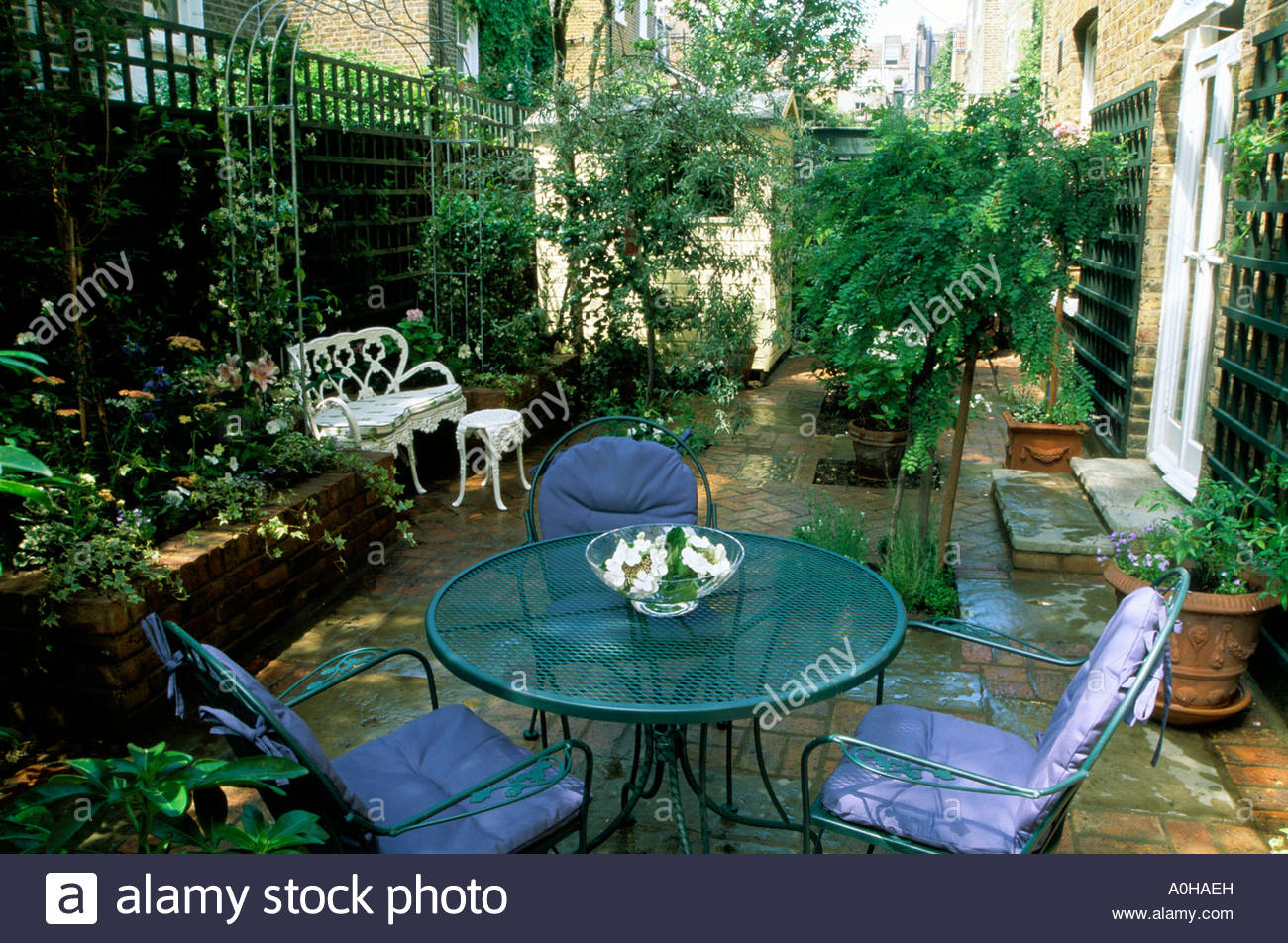 Small town garden patio london design jonathan baillie for Small shady courtyard ideas
