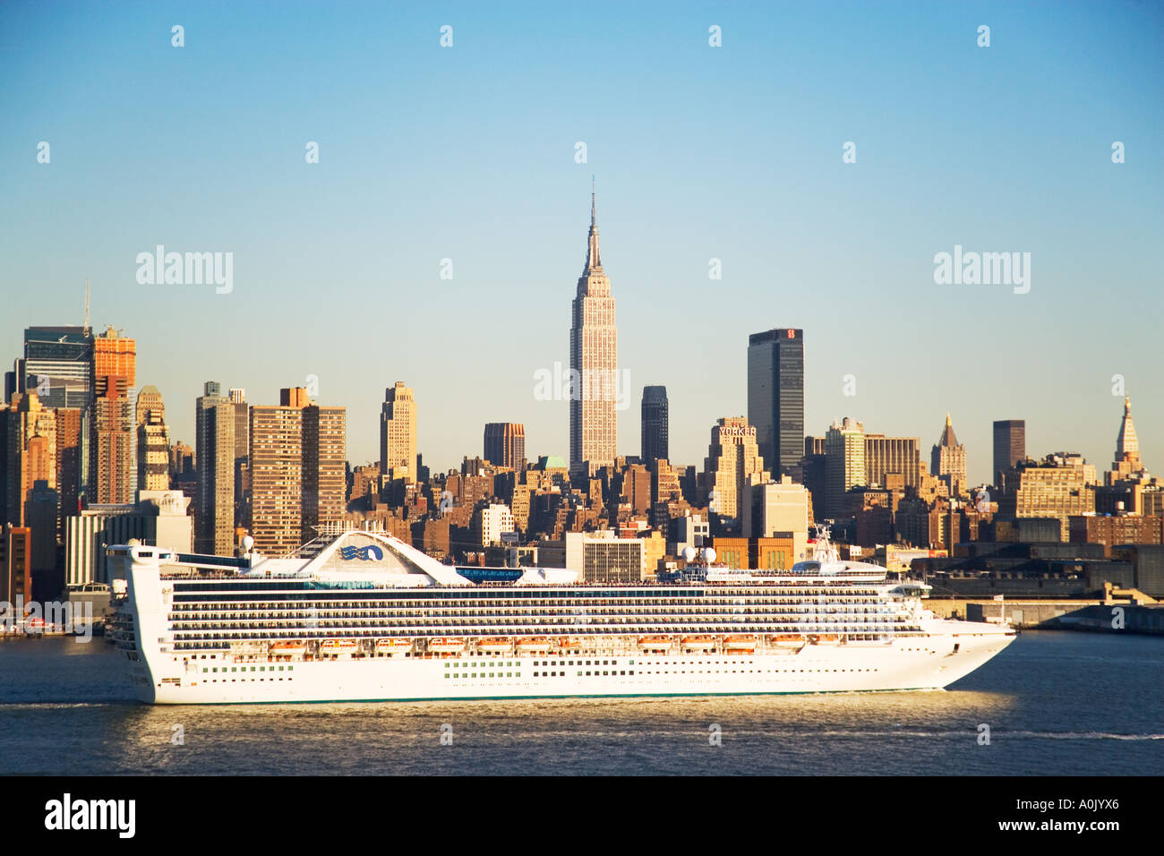 EMPIRE STATE BUILDING WITH CRUISE SHIP NEW YORK CITY Stock Photo - Building a cruise ship
