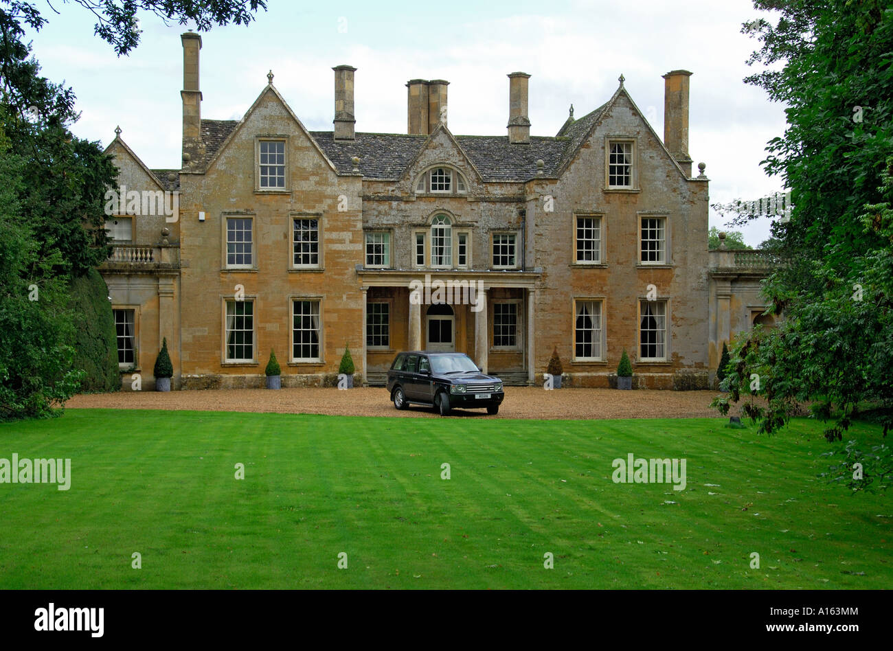 Range rover in front of english country house stock photo for Country house online