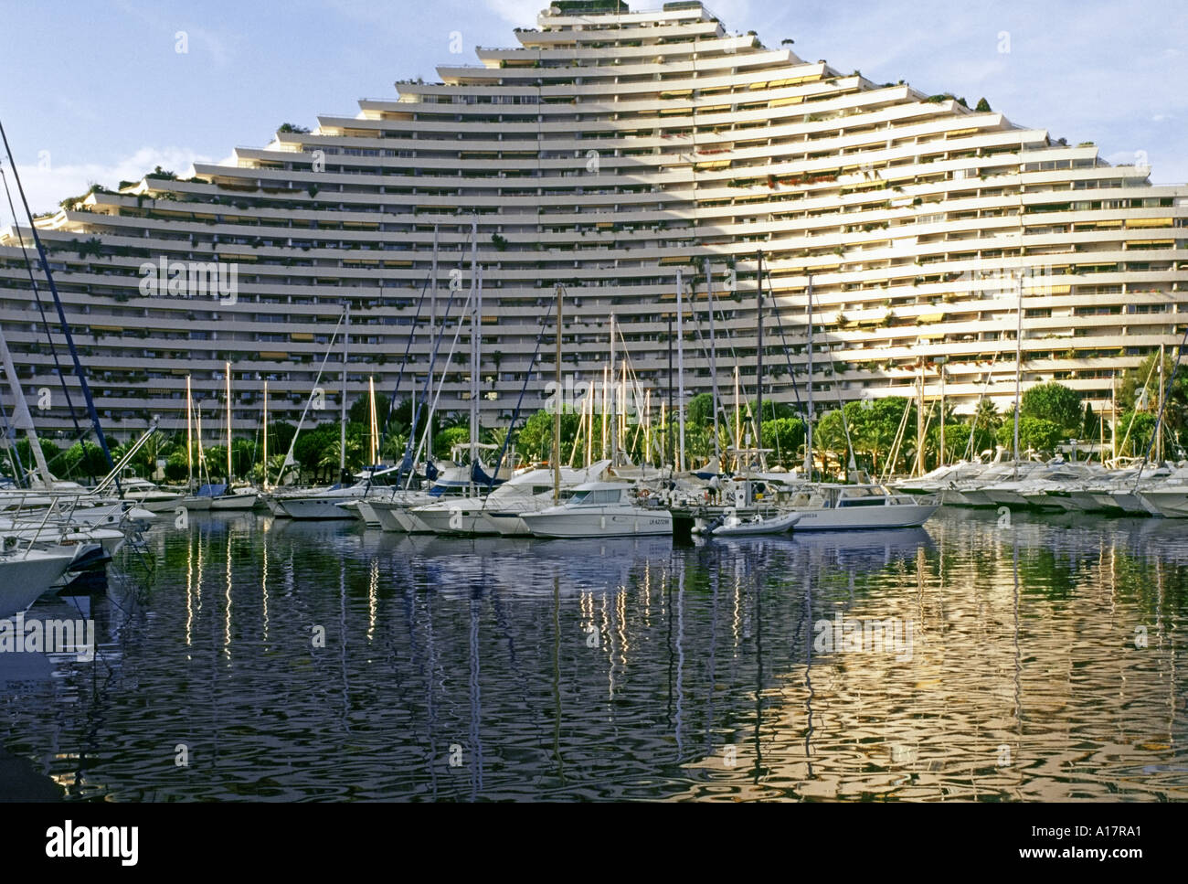 France new marina and holiday flats baie des anges for Piscine marina baie des anges
