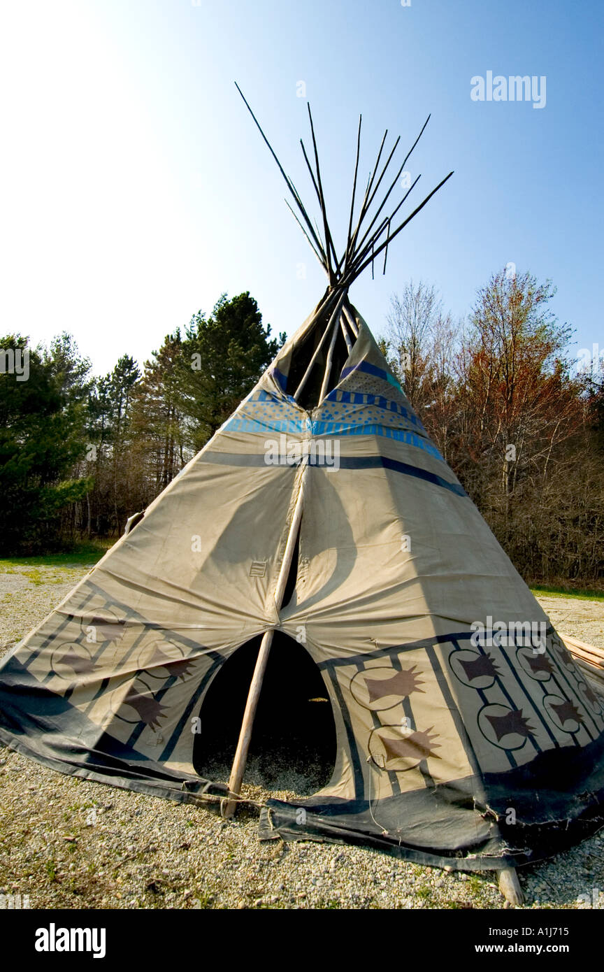 American Chippewa Indian tribe tee pee tent located in Port Huron Michigan tribal grounds & American Chippewa Indian tribe tee pee tent located in Port Huron ...