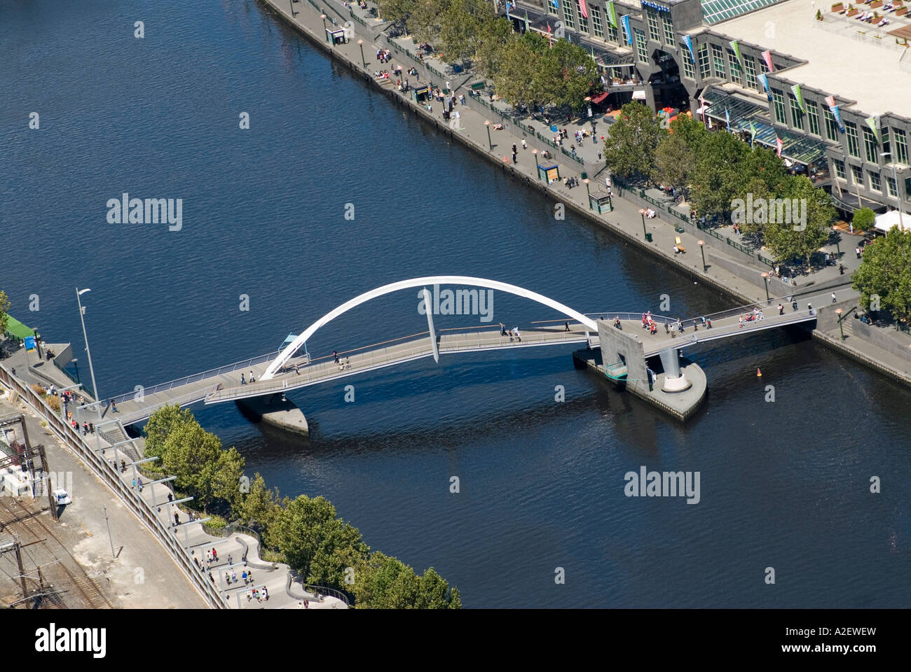 Pedestrian bridge over Yarra River and South Bank viewed ...