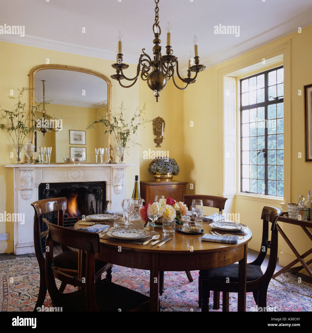 Dining room in english townhouse with country style for Country style dining room