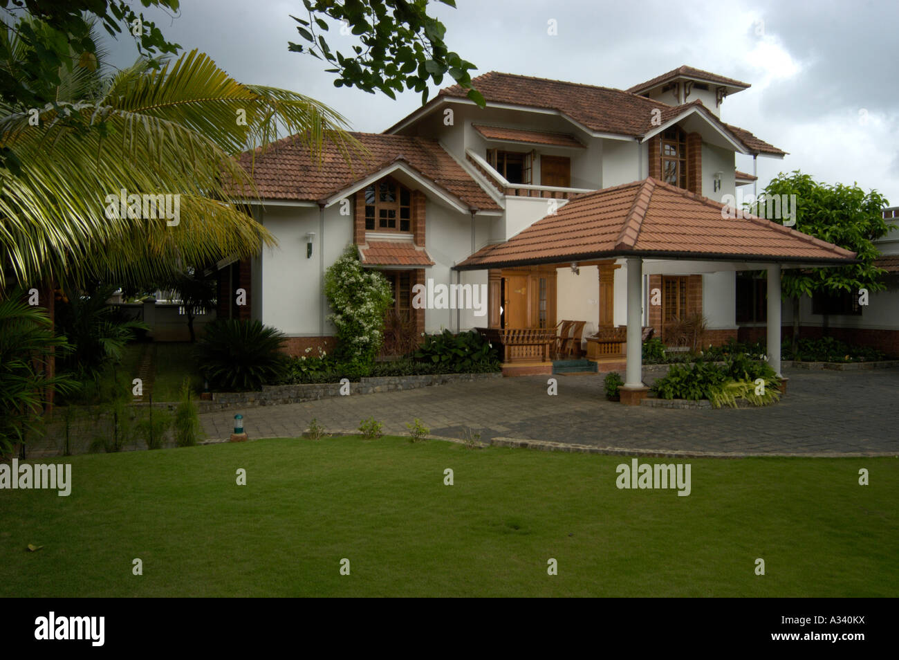 Modern and traditional big house in kerala hd image for Traditional and modern houses