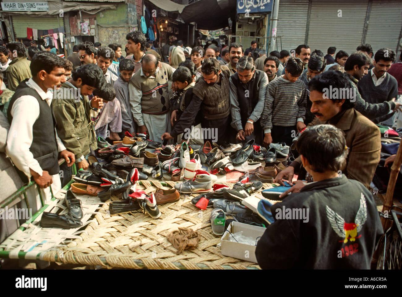 Pakistan punjab lahore anarkali bazaar men shopping for for Bano bazar anarkali lahore