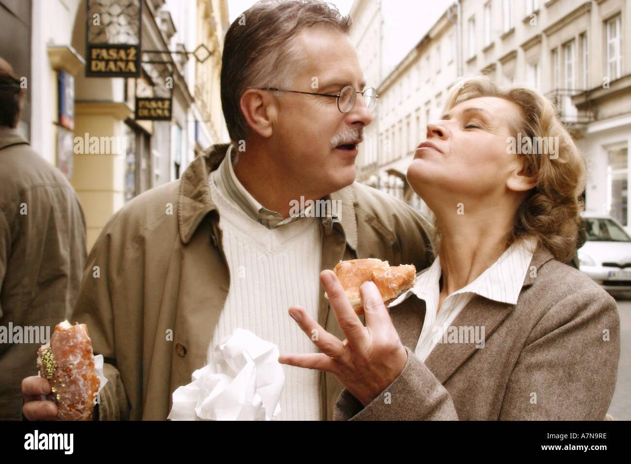男は成熟したブロンドを食べる