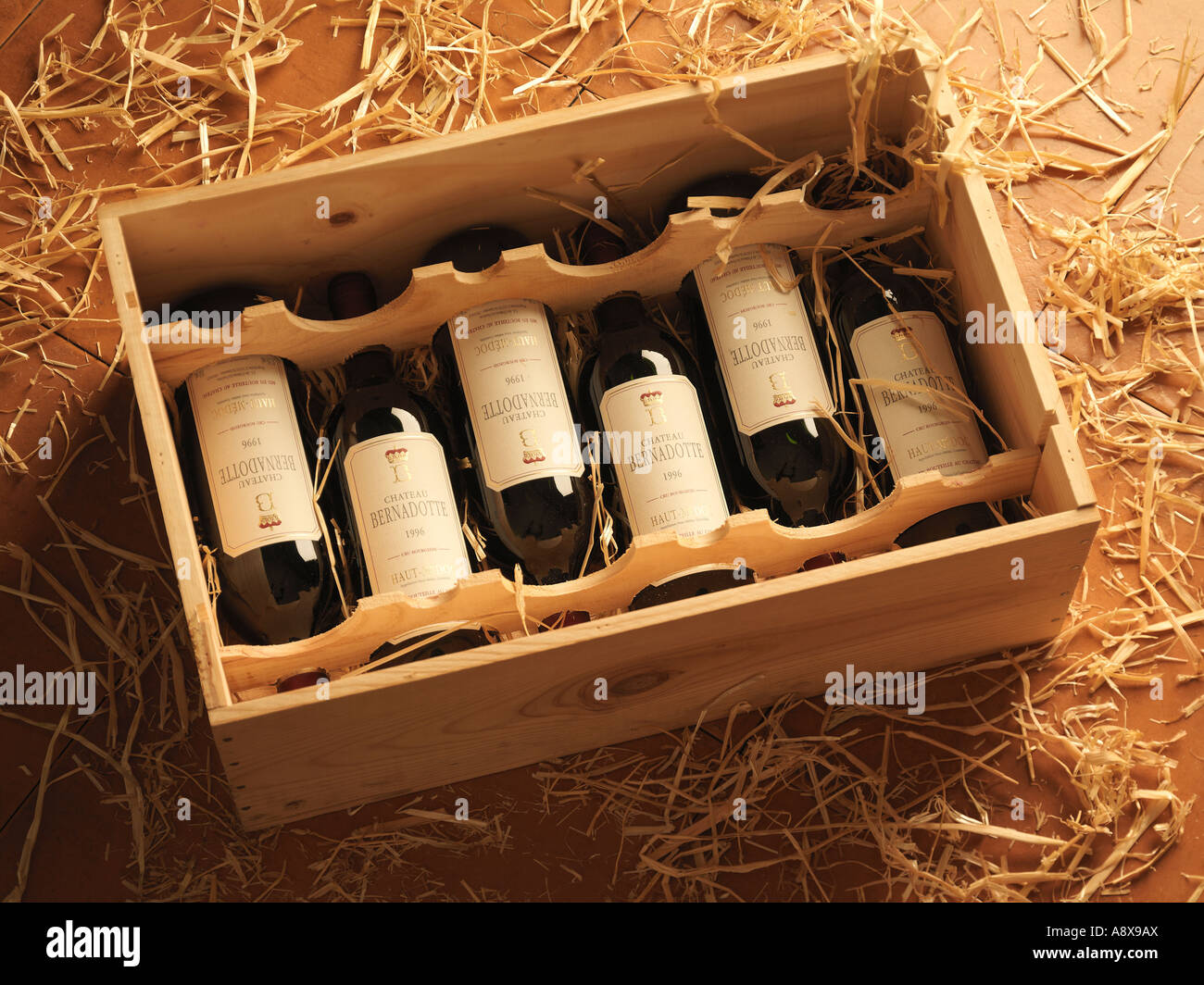 Bottles of Red Bordeaux Wine in a Wooden Wine Box on a bed of straw : wooden wine boxes free - Aboutintivar.Com