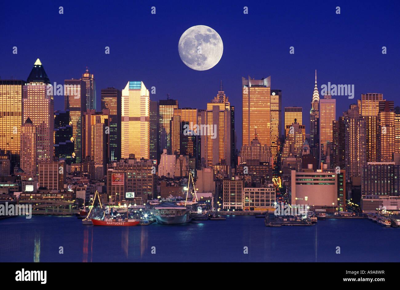 Springs First Full Moon Rises Over New York City Skyline PHOTOS