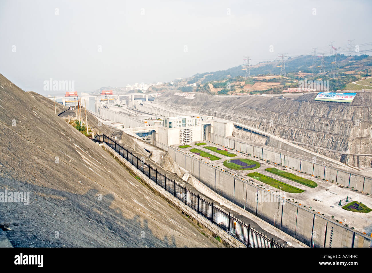 "three gorges dam construction project 1919 : first mention of the three gorges dam project in sun yat-sen's ""plan to develop industry"" 1931 : massive flooding along the yangtze river kills 145,000 people."