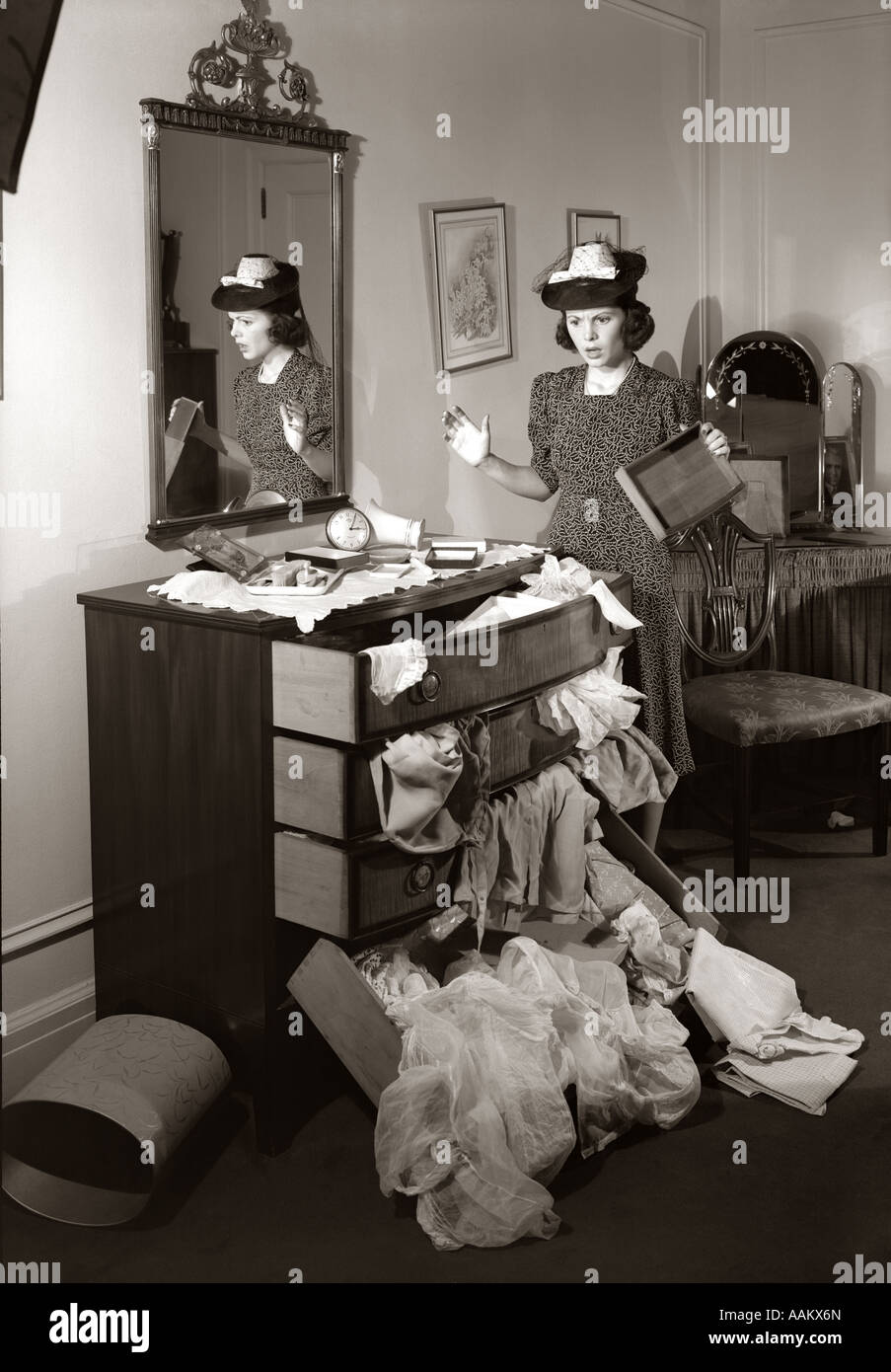 1940s SHOCKED WOMAN DISCOVERS RANSACKED BUREAU IN BEDROOM