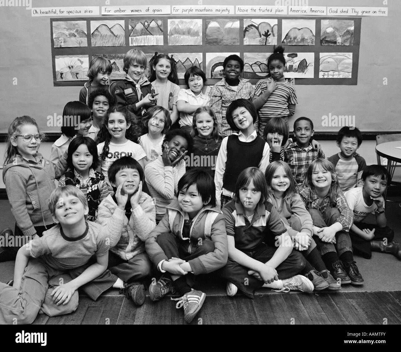1980s GROUP PORTRAIT OF GRADE SCHOOL CLASS MAKING FUNNY