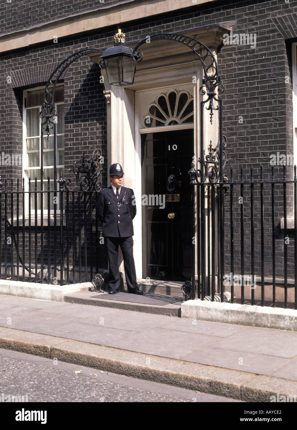 Number 10 ten downing street front door and duty police for Front door 10 downing street