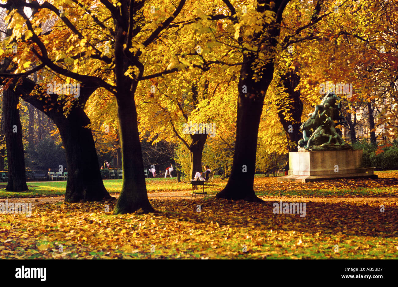 The jardin du luxembourg in autumn paris france stock for Bd du jardin botanique 50