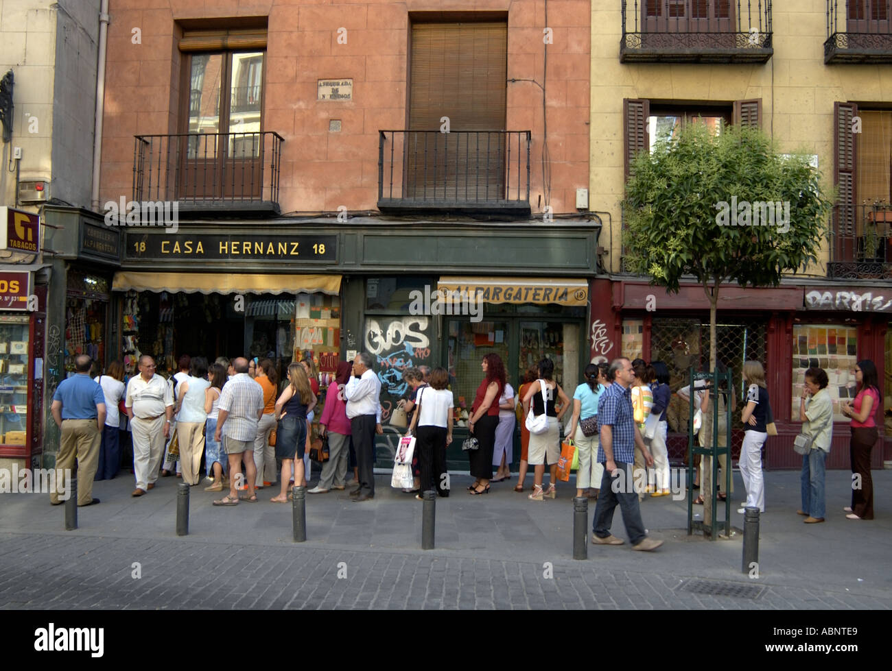 People queue outside calle toledo n 18 casa hernanz - Casa hernanz madrid ...