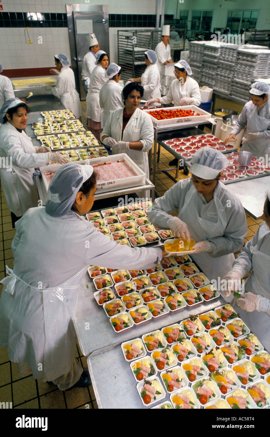 CATERING STAFF OF BRITISH AIRWAYS ASSEMBLING CLUB CLASS DISHES ON TRAYS  LONDON HEATHROW   Stock Image
