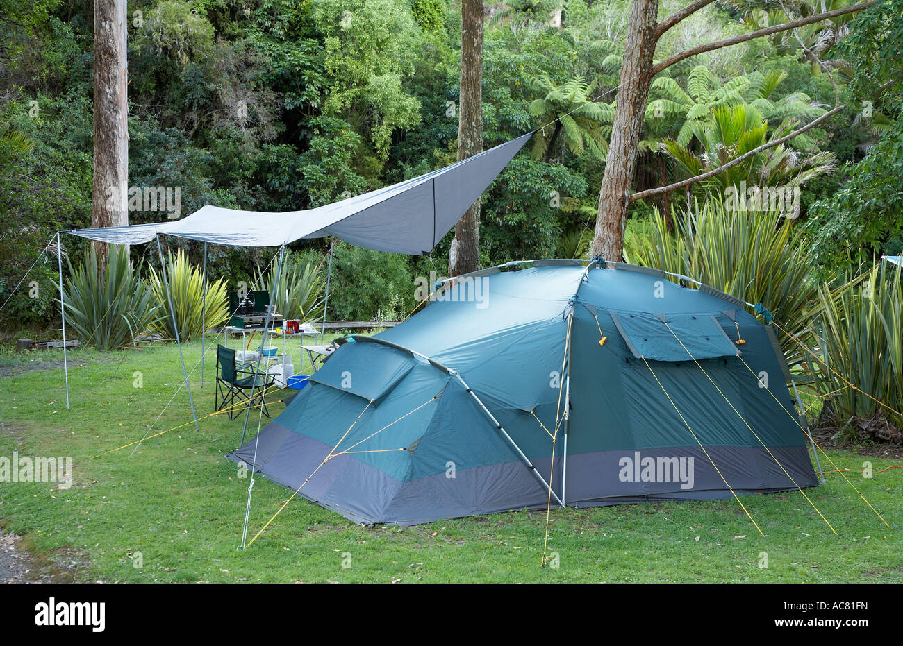 family c&ing in the bush with large family tent and tarp & family camping in the bush with large family tent and tarp Stock ...