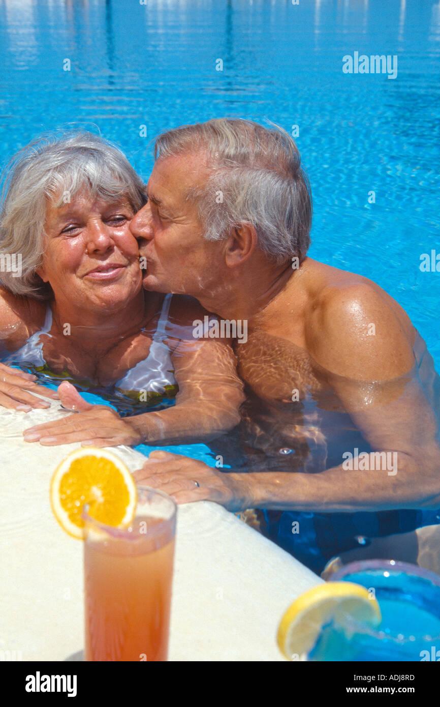 spanien ibiza seniorenpaar im pool mit cocktail. Black Bedroom Furniture Sets. Home Design Ideas