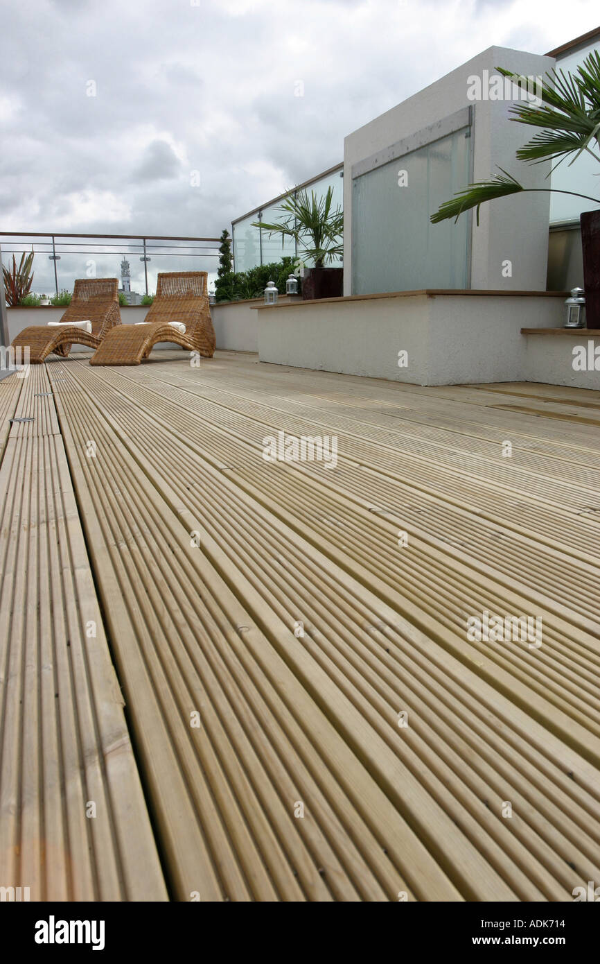 Flowers and plants on an apartment roof terrace garden for Decking terrace garden