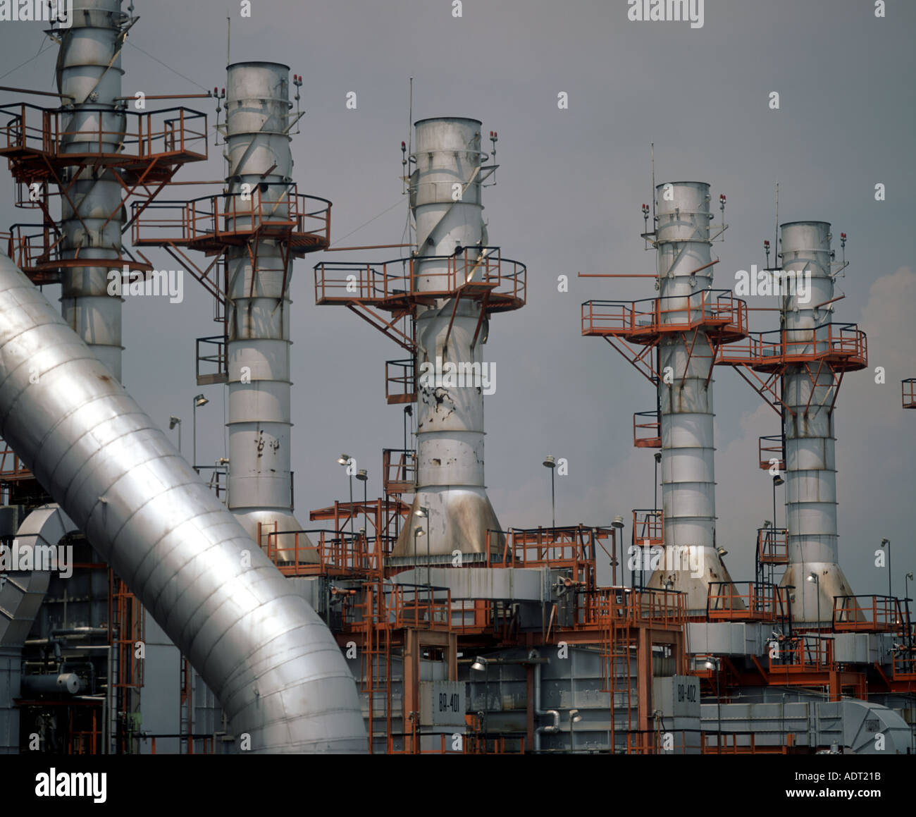 Tower Fuel Rule : Cracking tower for gas distillation at the petróleos