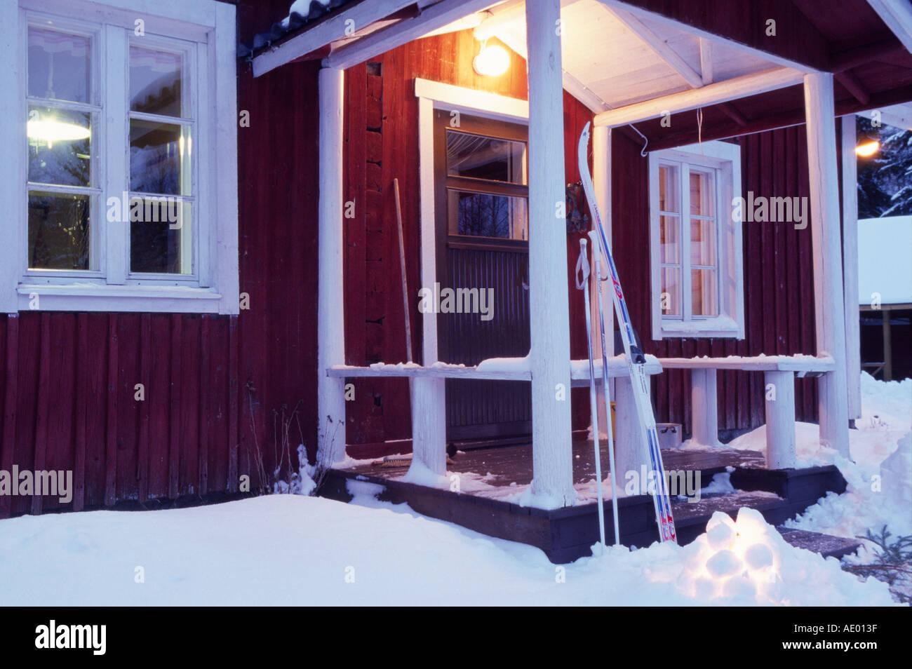 Finnisches haus mit schneeleuchte finland finish house with snowlight