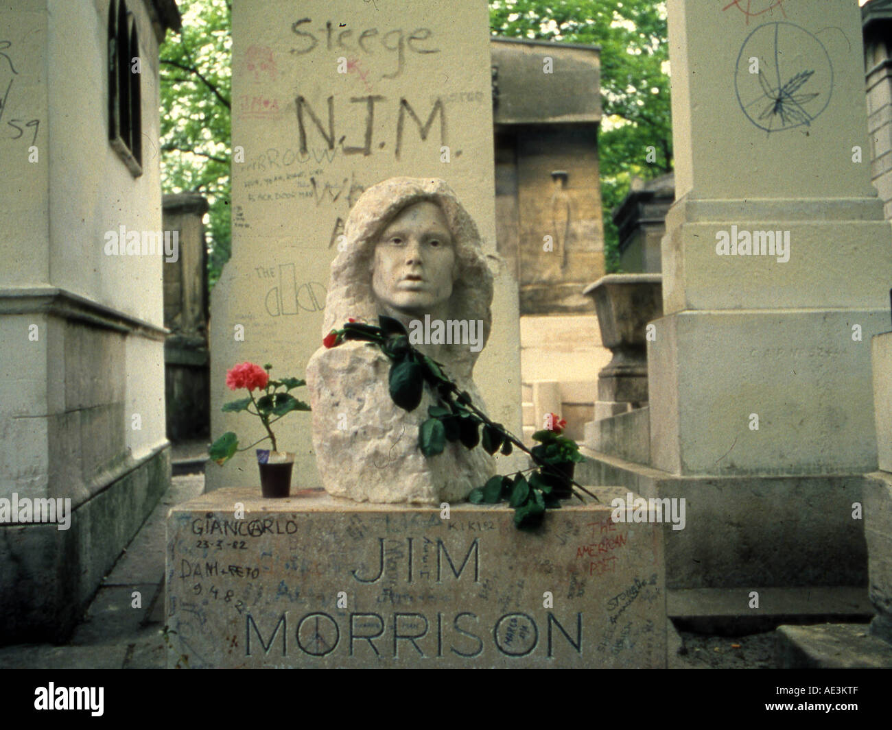 DOORS Grave of lead singer Jim Morrison in the Pere Lachaise Cemetery in Paris  sc 1 st  Alamy & DOORS Grave of lead singer Jim Morrison in the Pere Lachaise Stock ... pezcame.com