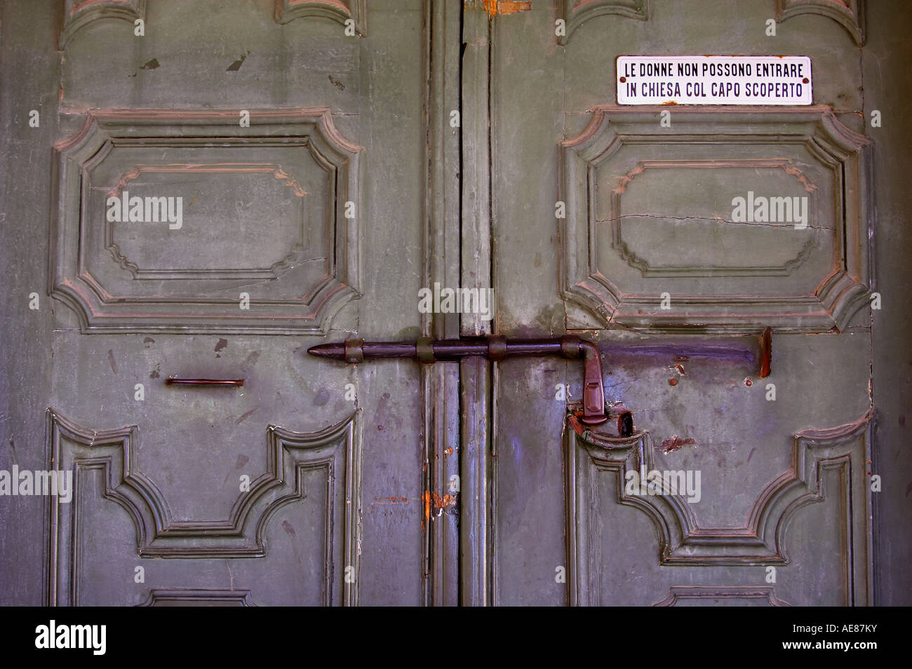 Bolted door in the town of Citta St Angelo near Pescara in the Abruzzo region of Italy & Bolted door in the town of Citta St Angelo near Pescara in the Stock ...