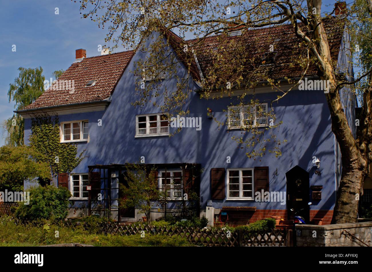 Berlin blue house hufeisensiedlung horseshoe estate by bruno taut hanne nuete street in berlin neukölln britz