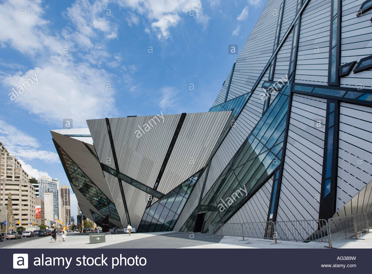 michael lee chin crystal addition to royal ontario museum in toronto stock photo royalty free. Black Bedroom Furniture Sets. Home Design Ideas