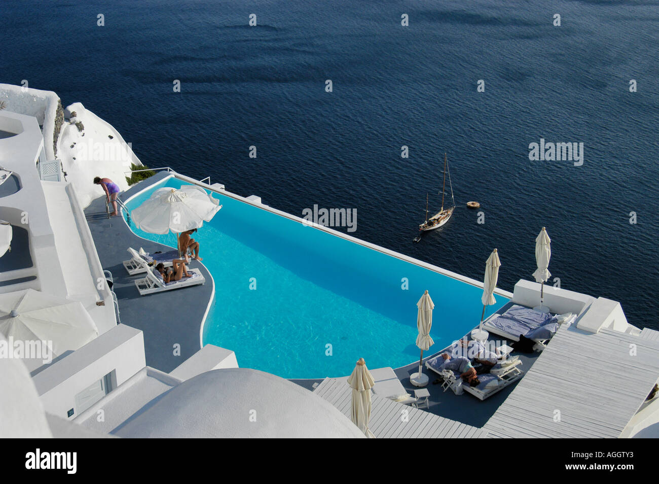 Luxury hotel with infinity pool and ocean view village of for Hotels in santorini with infinity pools